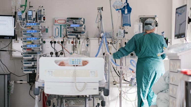 Archiv: Intensivpflegerin bei einem Patienten   Bild:dpa-Bildfunk/Ole Spata