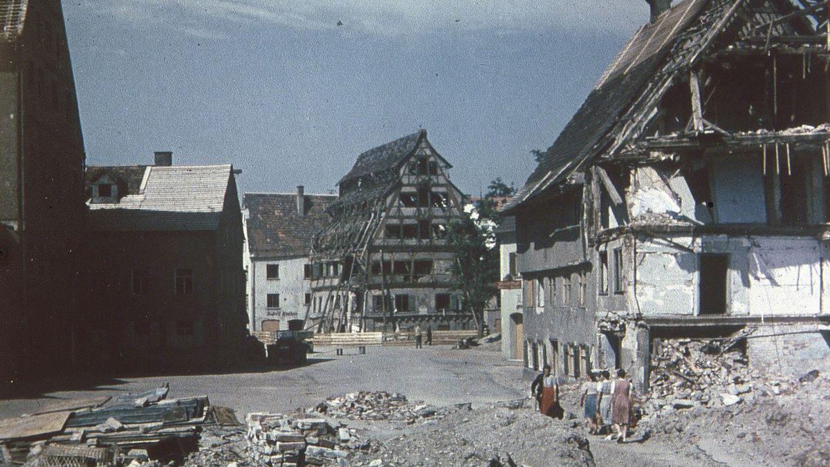 Zerstörtes Stadtquartier mit Siebendächerhaus.