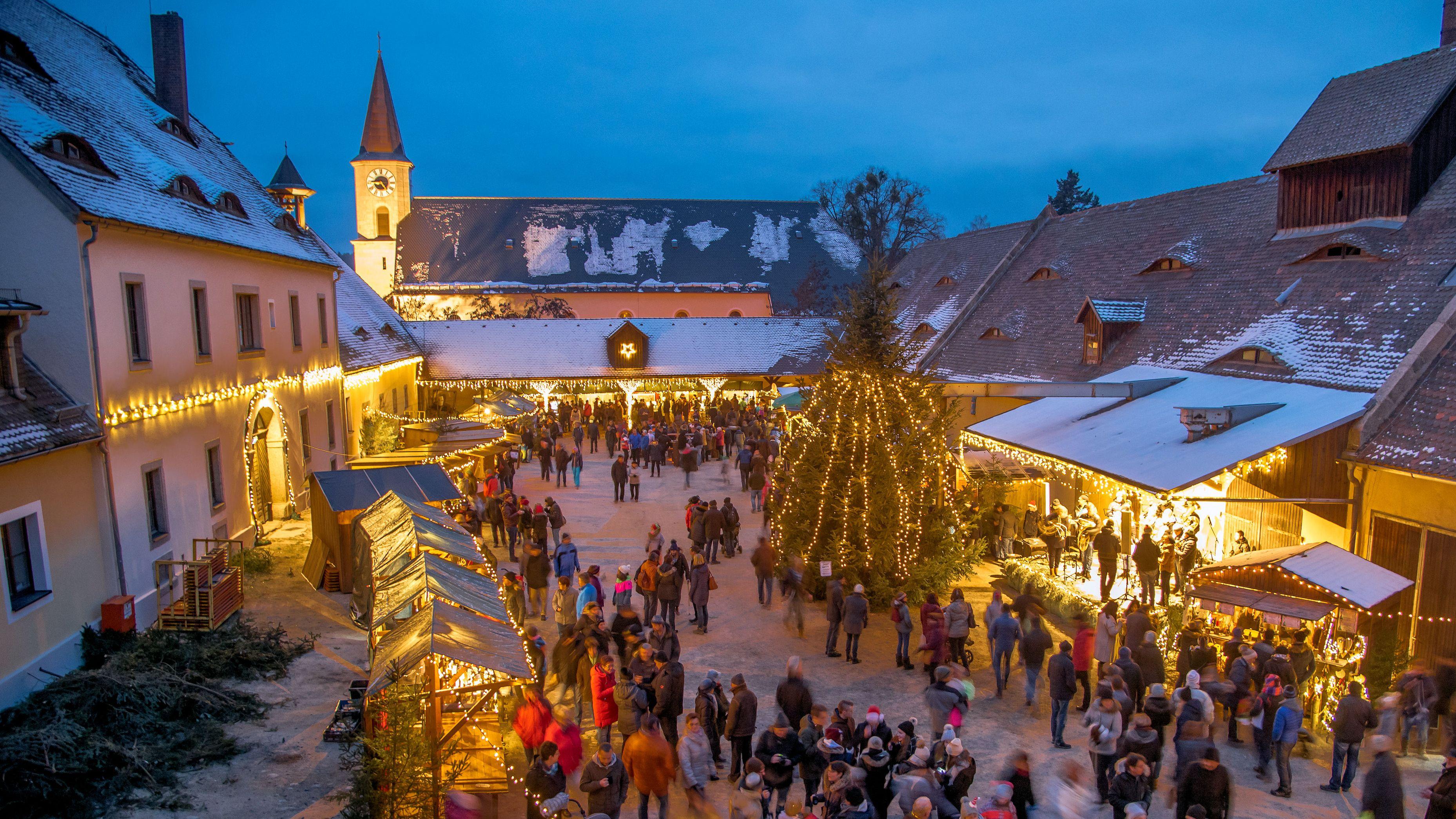 Weihnachtsmarkt im Ökonomiehof des Schlosses von Friedenfels