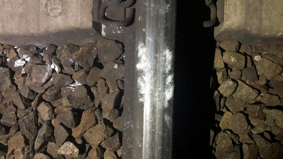 Die großen Steine haben auf den Gleisen deutliche Spuren hinterlassen