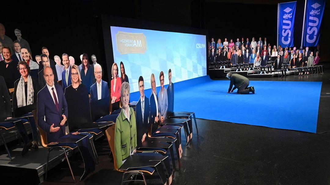 Beim politischen Aschermittwoch der CSU, der in der Dreiländerhalle stattfindet, stehen Pappaufsteller mit aufgeklebten Fotos.
