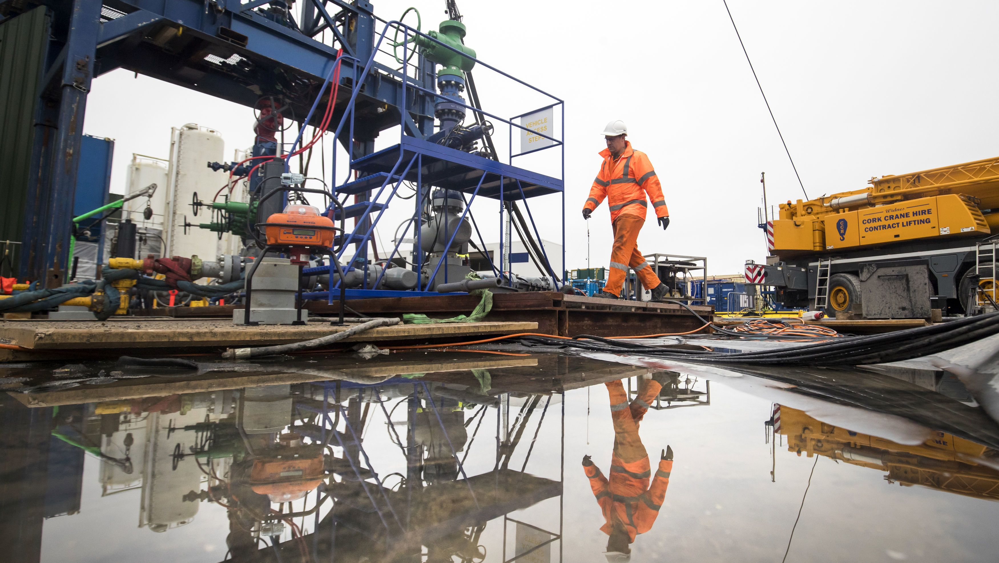 Ein Arbeiter auf der Fracking-Baustelle des Energieunternehmers Cuadrilla in Preston New Road.