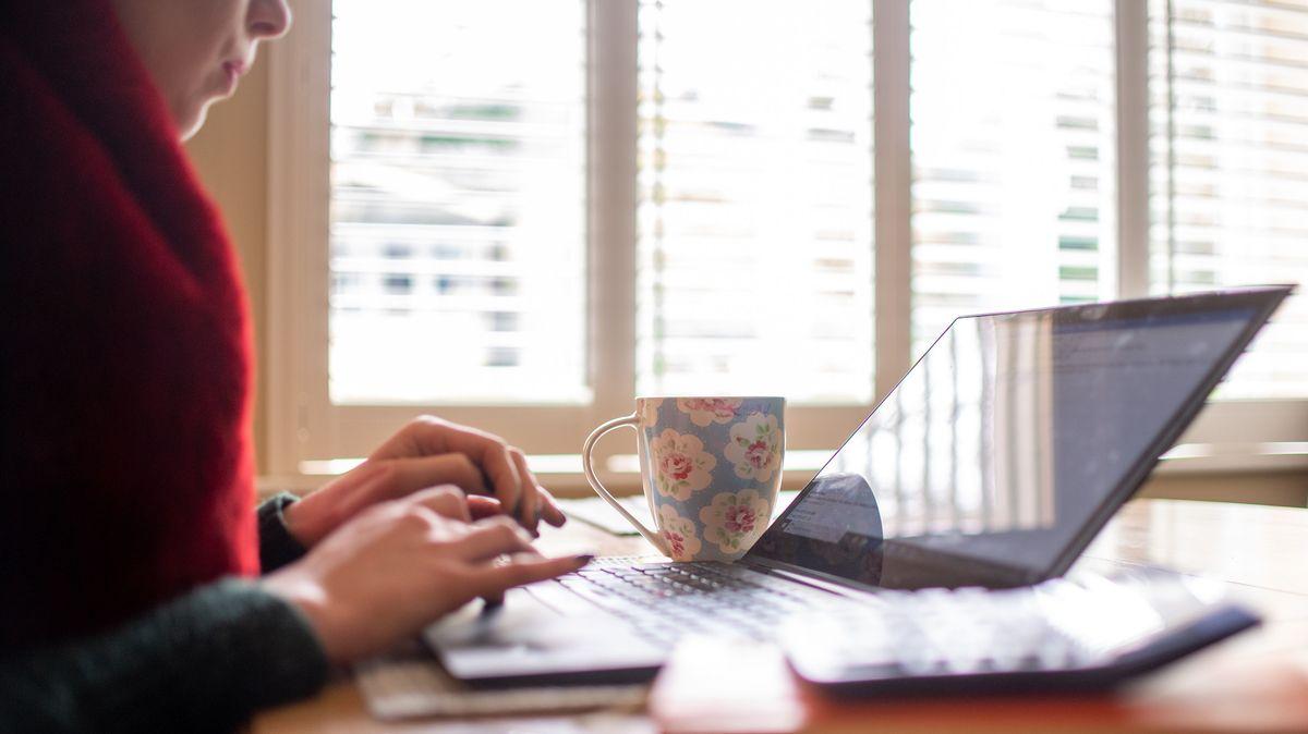 Eine Frau sitzt am Laptop