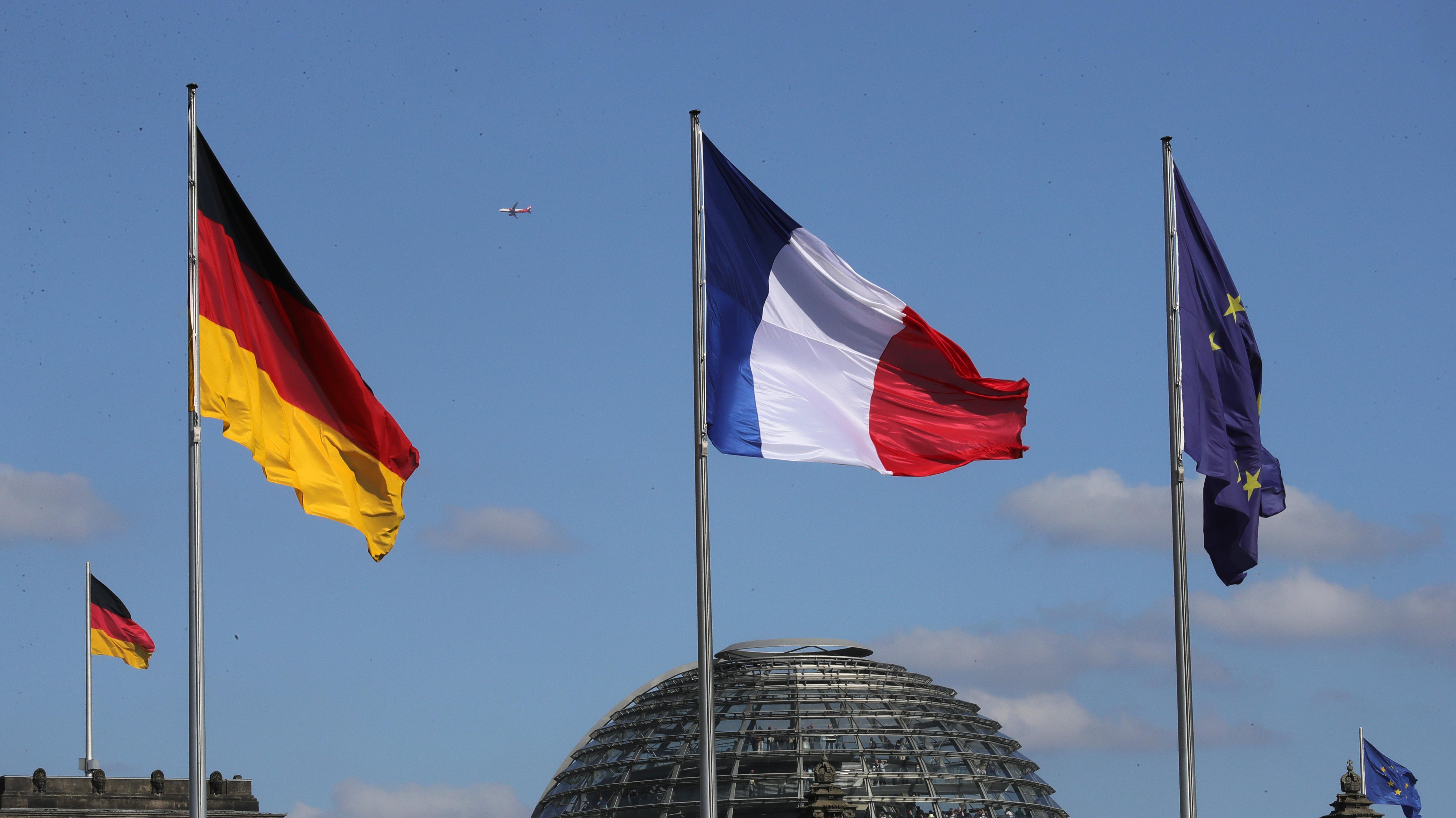 Flaggen von Frankreich, Deutschland und Europa in Berlin