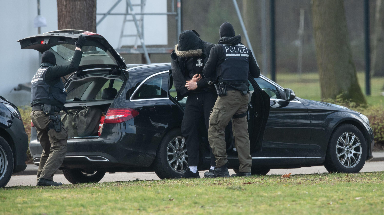 Polizisten bringen eine Person in den Bundesgerichtshof