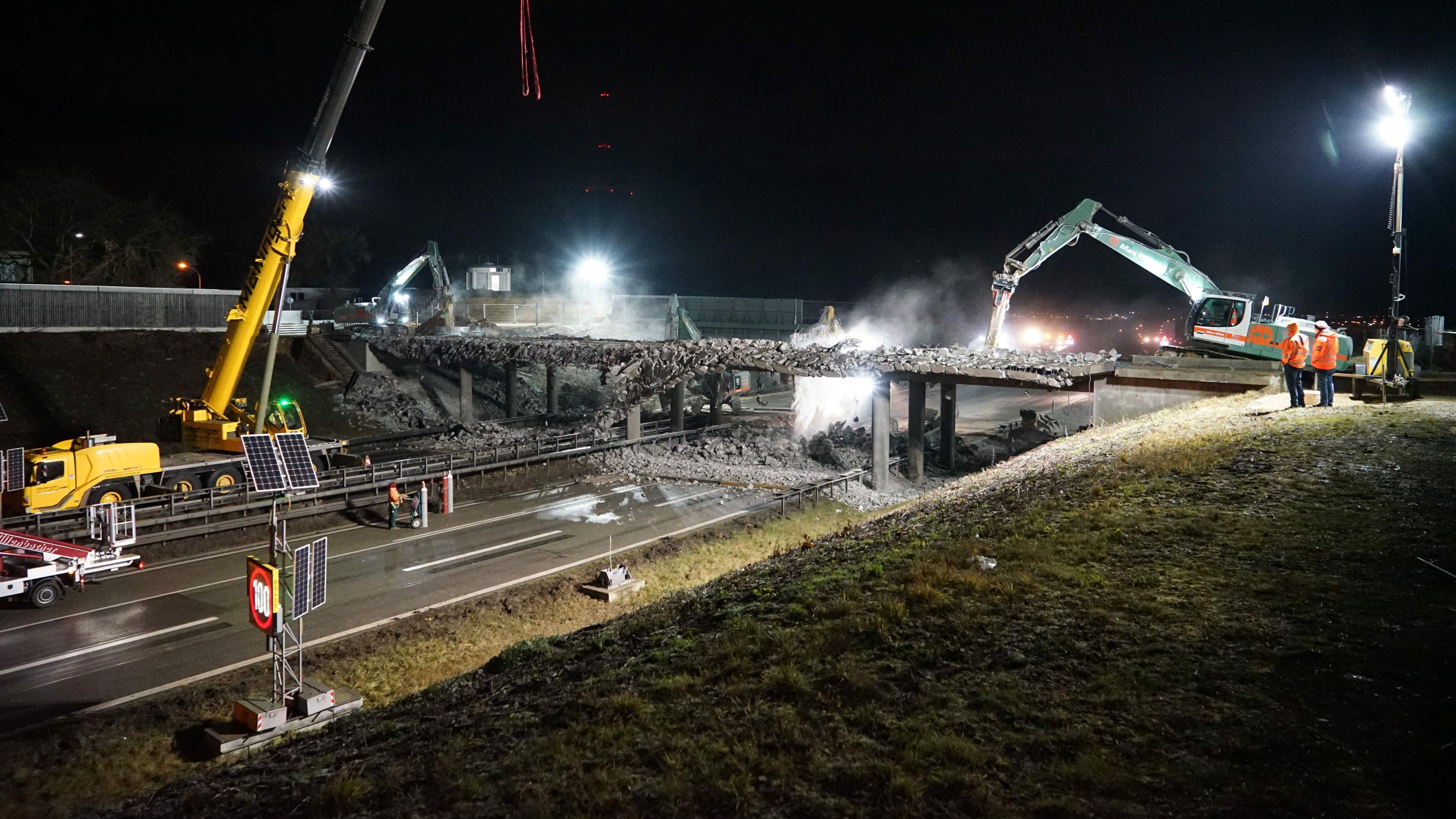 Fast 20 Stunden lang war die A3 bei Regensburg am Wochenende gesperrt: Im Zuge des Autobahnausbaus wurden zwei Brücken abgerissen.