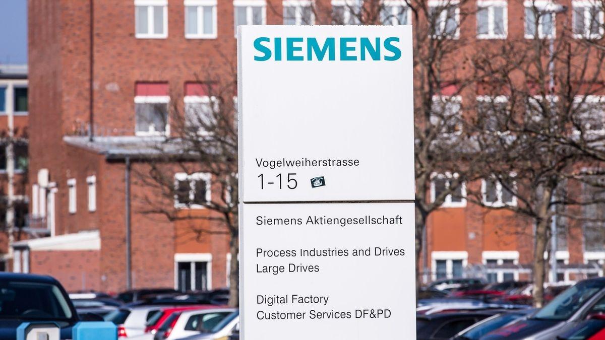 Siemens-Schild vor einem Werksgebäude in der Vogelweiherstraße in Nürnberg