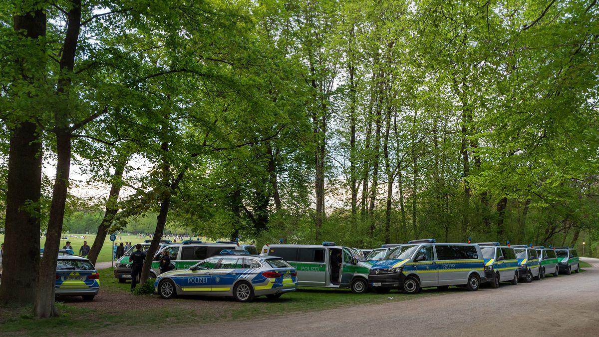 Dutzende Einsatzwagen stehen im Englischen Garten. Am Vorabend gab es Ausschreitungen mit Besuchern der Anlage.