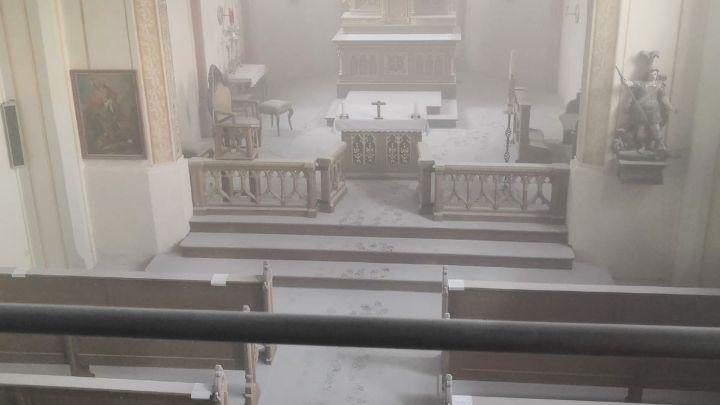 Der Innenraum der Kirche ist mit Staub eines Feuerlöschers bedeckt