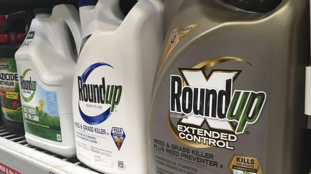 """Das Unkrautvernichtungsmittel """"Roundup"""" steht in einem Ladenregal in den USA."""