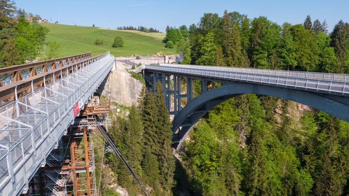 Die Echelsbacher Brücke (rechts) und ihre Behelfsbrücke (links)