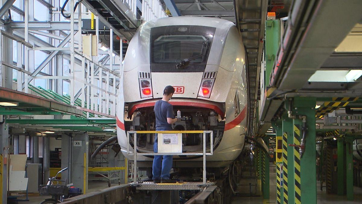 Ein Mechaniker arbeitet am ICE4 im Werk München-Laim