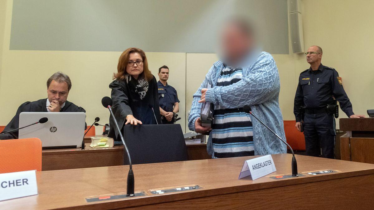 Der Angeklagte geht zum Prozessauftakt am 26.11.2019 an seinen Platz im Gericht. Links stehen seine Anwälte Alexander Eckstein und Birgit Schwerdt.