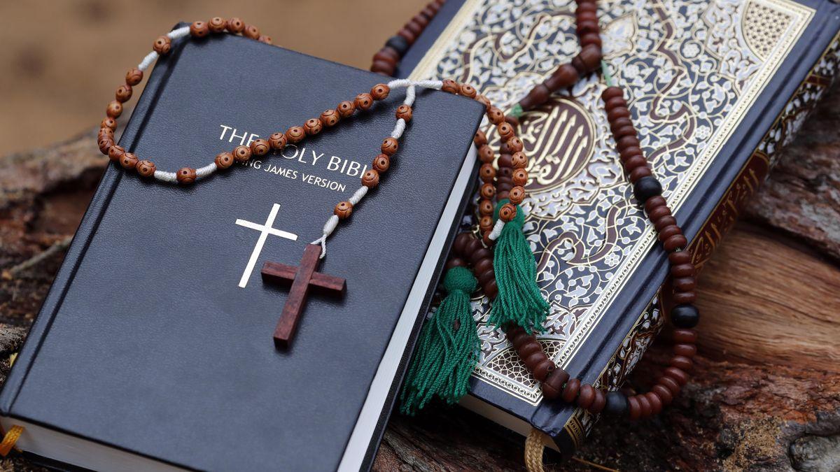 Eine Bibel liegt neben einem Koran