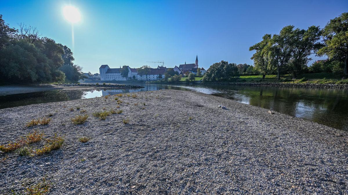 Kies liegt am Ufer der Niedrigwasser führenden Donau in Straubing