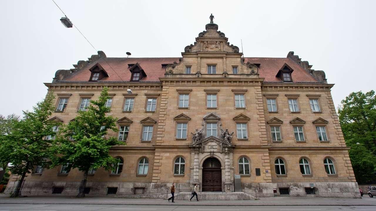 Außenansicht vom Landgericht und Amtsgericht in Regensburg.
