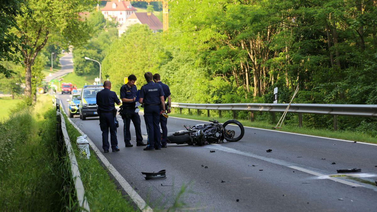 Polizisten sichern die Unfallstelle bei Berching.