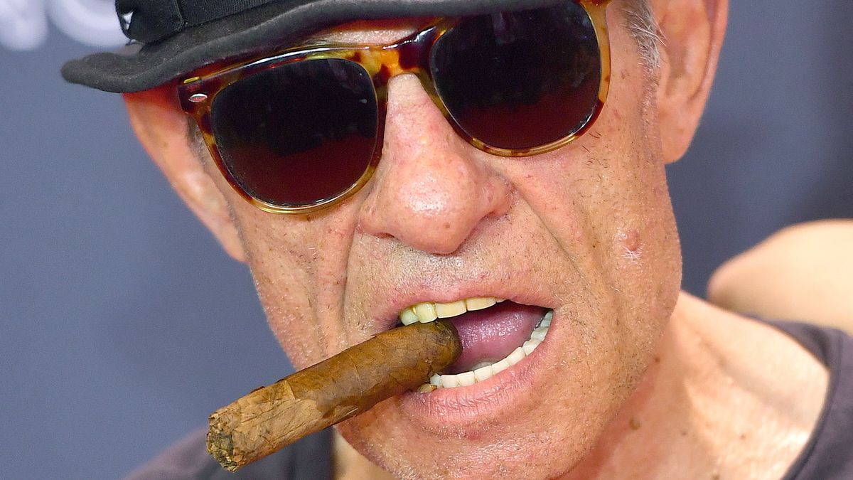 Nahaufnahme: Klaus Lemke mit Sonnenbrille, Hut, dicker Zigarre