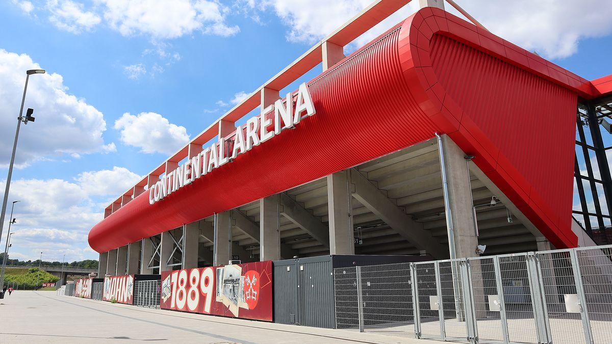 Schriftzug Continental Arena in Regensburg.