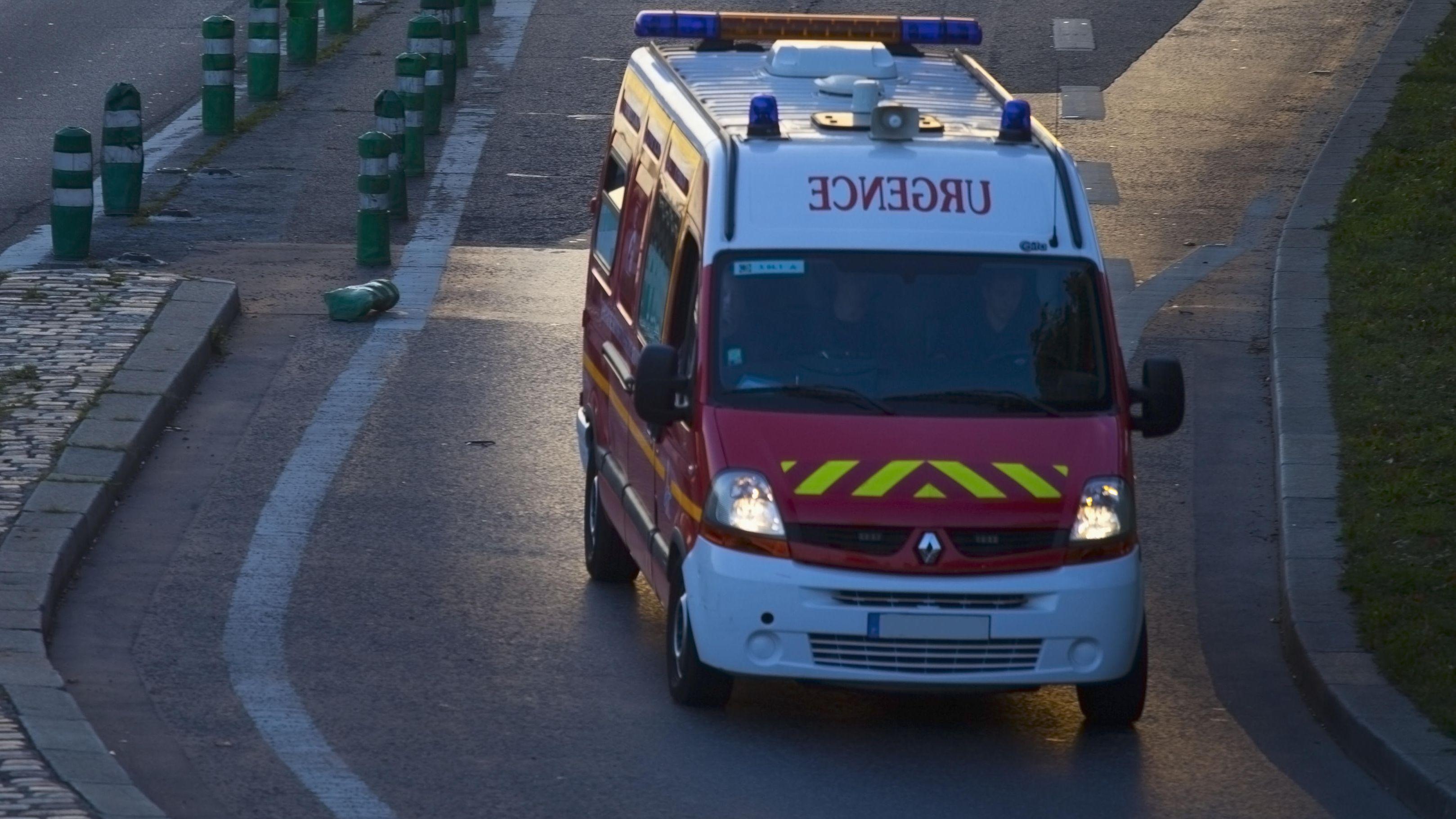 Französisches Sanitätsfahrzeug in Fahrt auf Straße der Ile de France