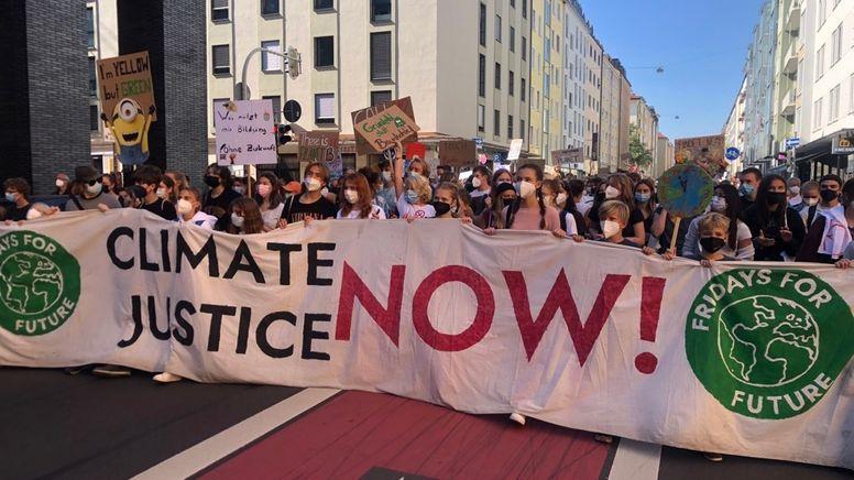 Mehr als 10.000 Menschen haben allein in München für mehr Klimaschutz protestiert. Die Veranstaltung verlief friedlich.  | Bild:BR/Katrin Bohlmann