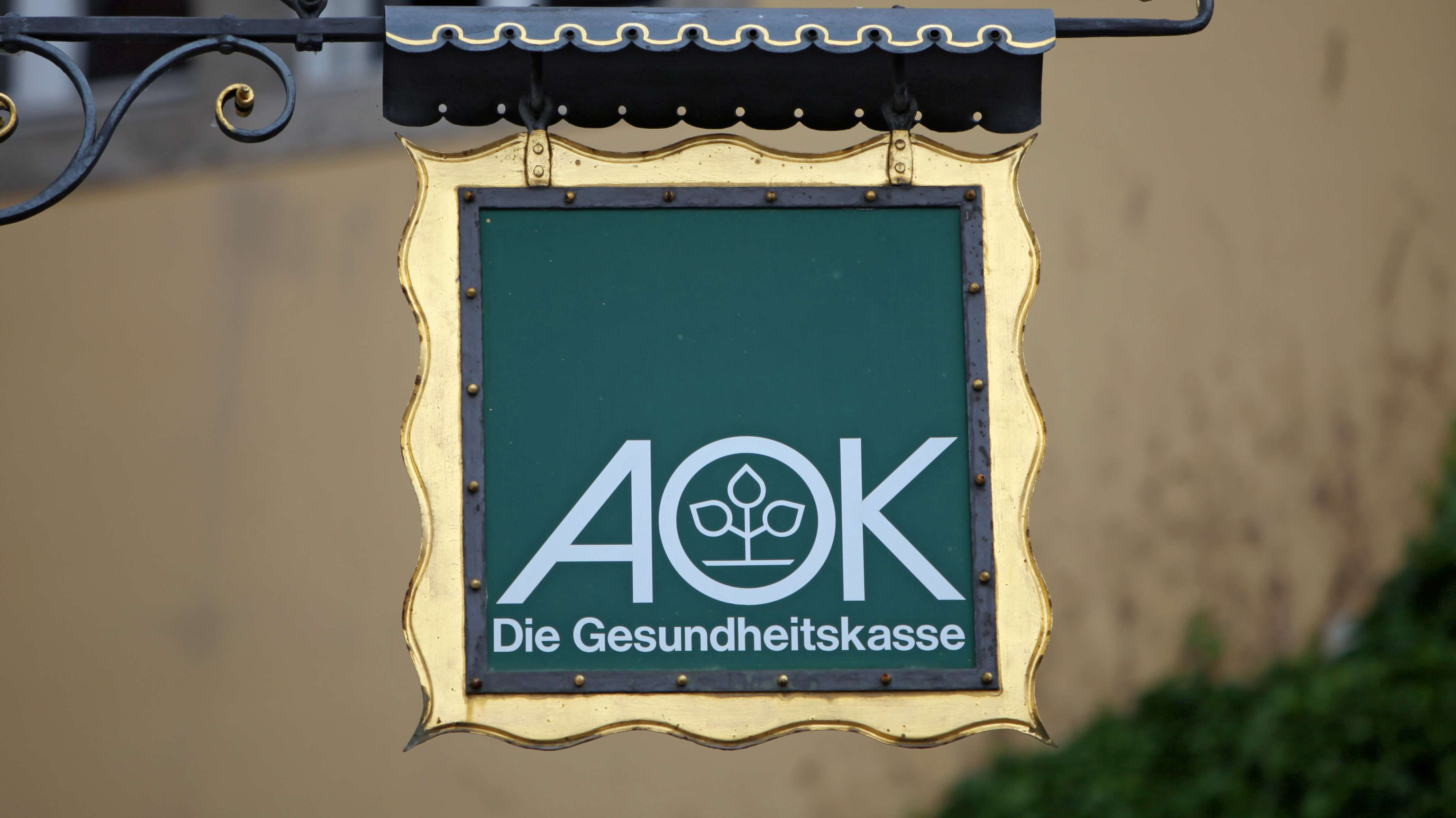 Der Ausleger einer Filiale der AOK Bayern in Rothenburg ob der Tauber(Mittelfranken)