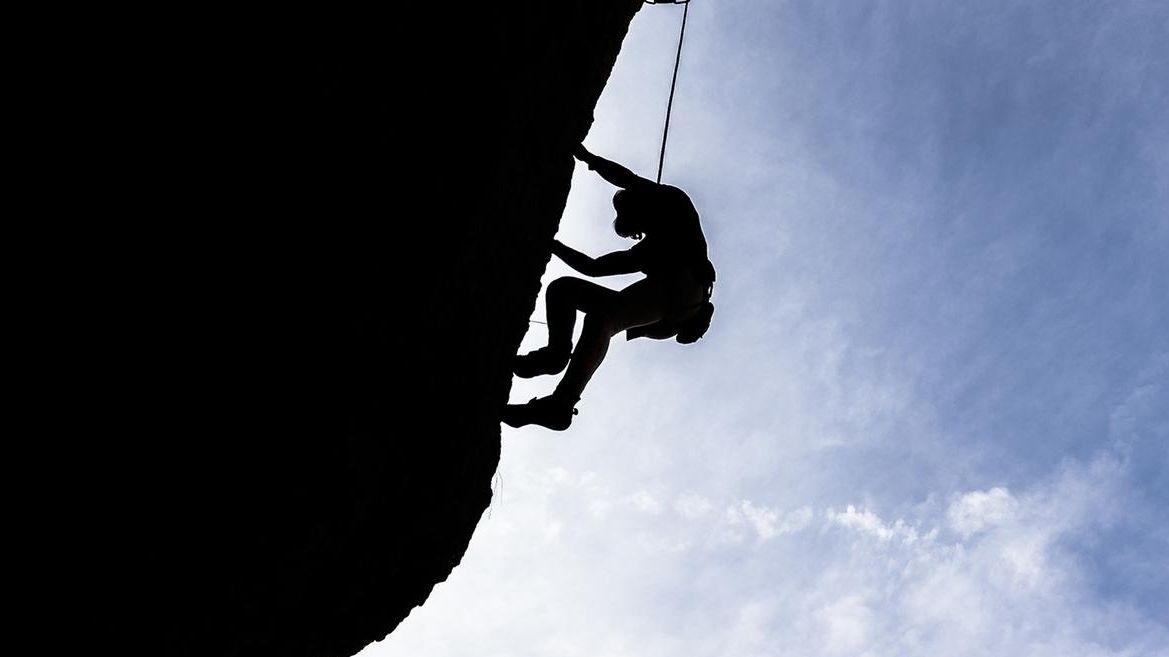Ein Kletterer an einem Felsen. (Symbolbild)
