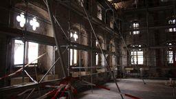 Der völlig ausgebrannt Historische Rathaussaal des ausgebrannten Rathauses in Straubing  | Bild:BR / Marcel Kehrer