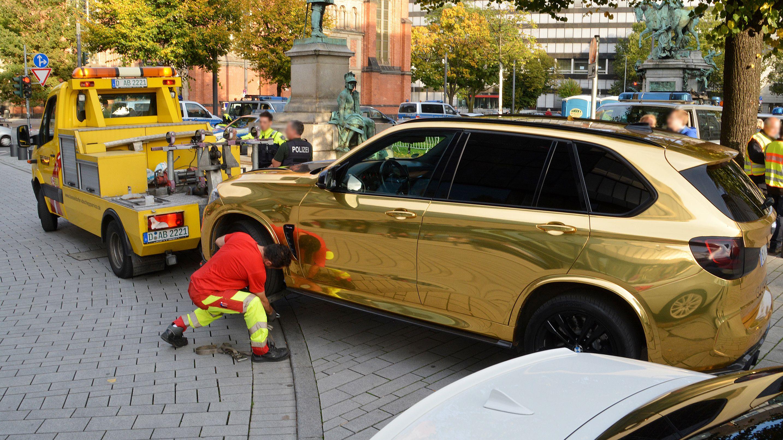 Ein goldener SUV wird nahe der Königsallee abgeschleppt. Weil der mit goldfarbener Folie überzogene BMW X5 eventuell zu grell für den Straßenverkehr ist, hat die Düsseldorfer Polizei das Fahrzeug am 13.10.2019 vorläufig aus dem Verkehr gezogen.