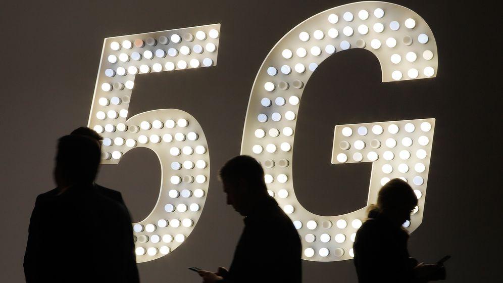 Barcelona: Besucher der Technikmesse Mobile World Congress gehen an einer Leuchttafel mit Werbung für den Mobilfunk-Standard 5G vorbei. | Bild:Clara Margais/dpa