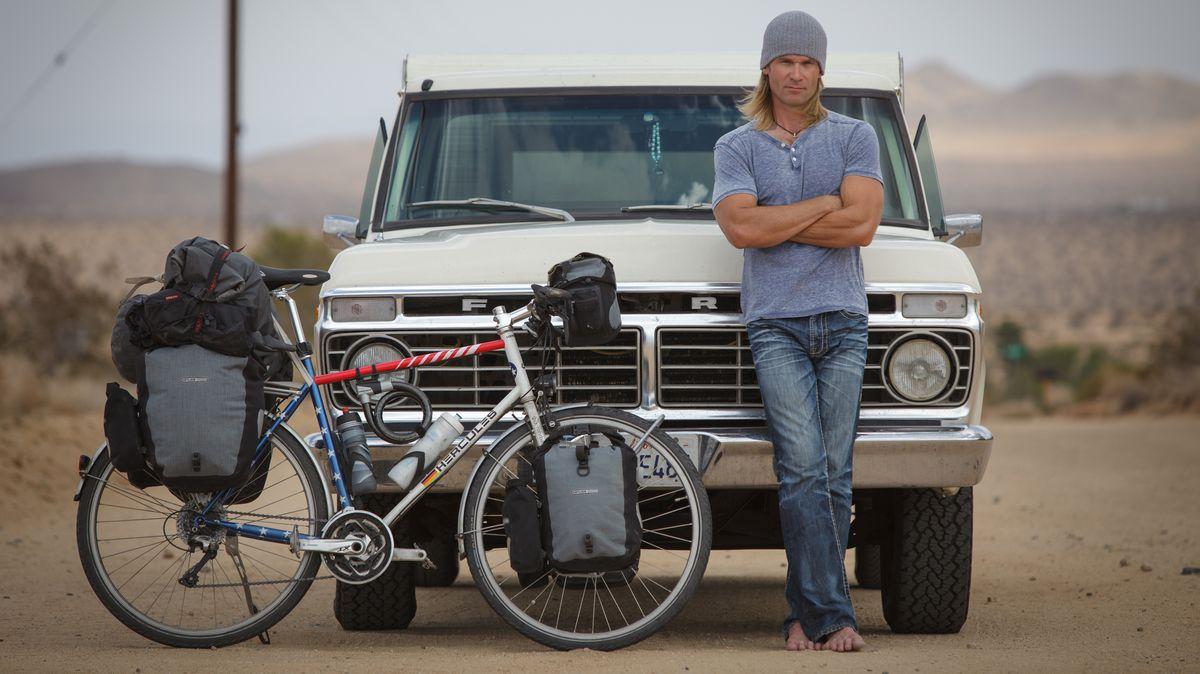 Dirk Rohrbach vor seinem Truck, mit Fahrrad.