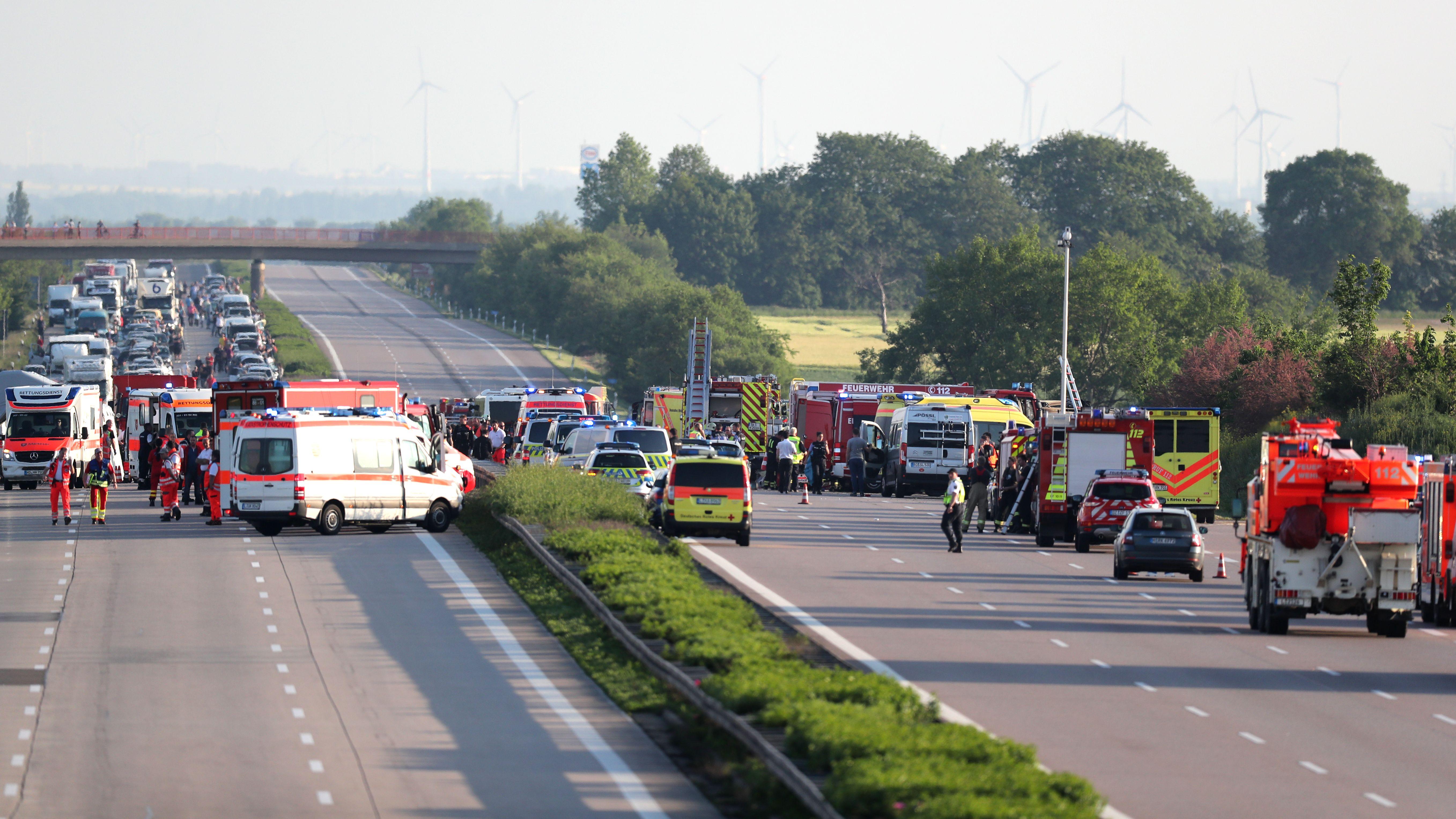 Die A9 bei Leipzig am Sonntag (19.05.2019): Einsatzkräfte der Feuerwehr und Rettungsdienst stehen an der Unfallstelle des Reisebusses.