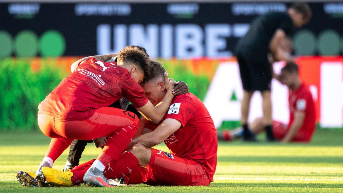 Relegationsrückspiel in Ingolstadt: Jalen Hawkins (links) tröstet Tobias Schröck vom FC Ingolstadt 04 nach dem Abpfiff.