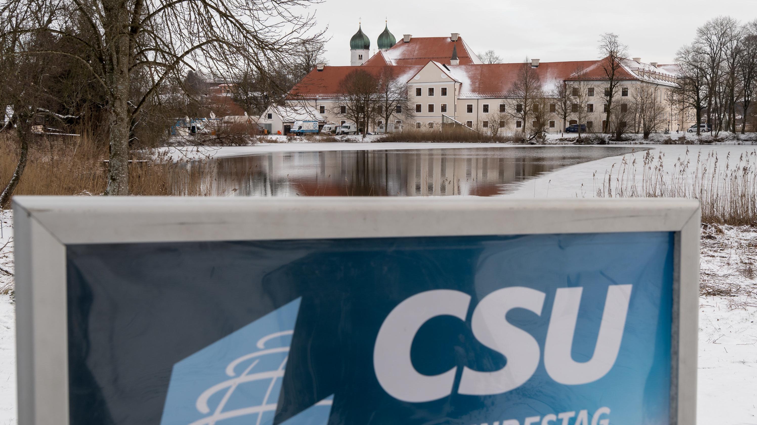 """Ein Schild mit der Aufschrift """"CSU im Bundestag"""" steht zum Auftakt der Winterklausur der CSU-Landesgruppe im Bundestag vor dem verschneiten Kloster Seeon"""