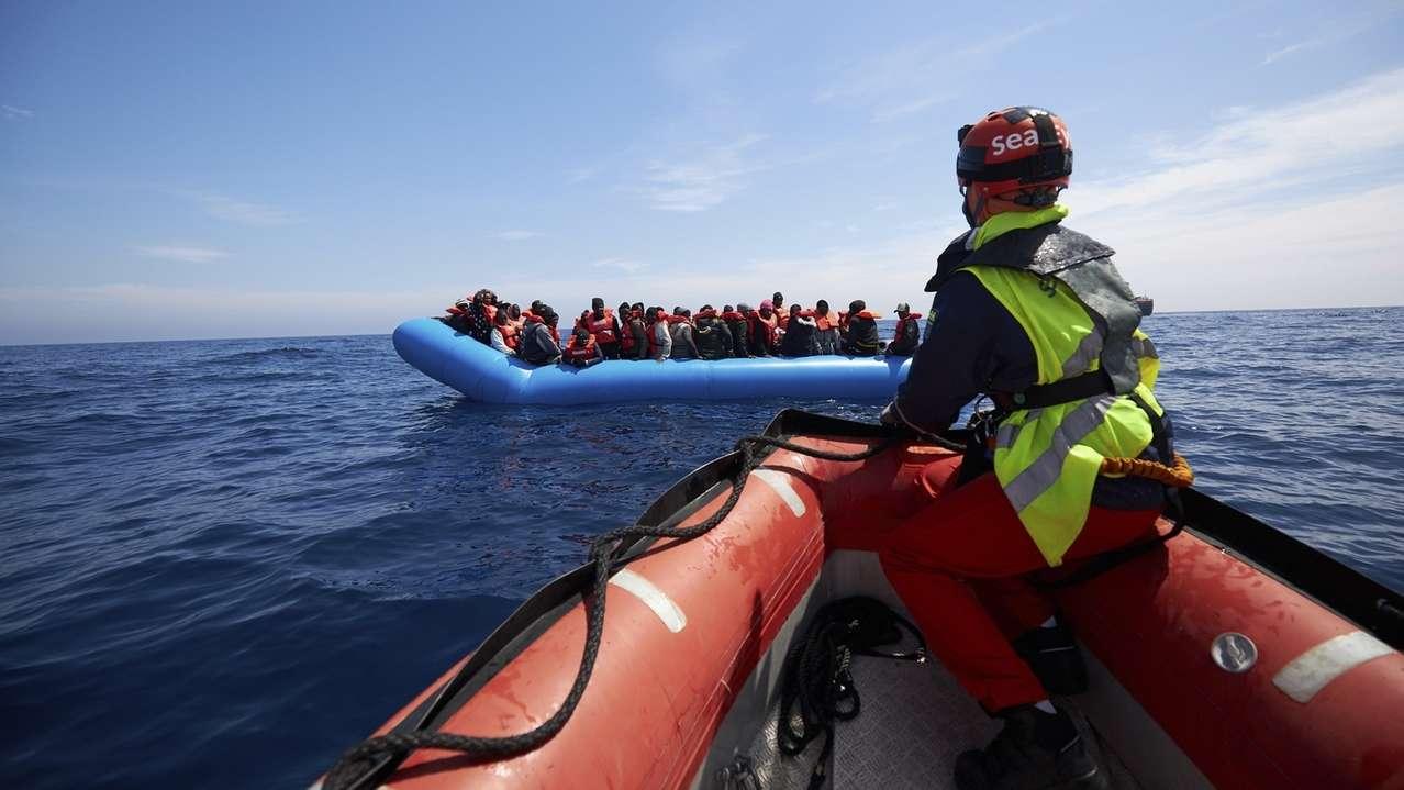 Deutsche Seenotretter nehmen Migranten auf.