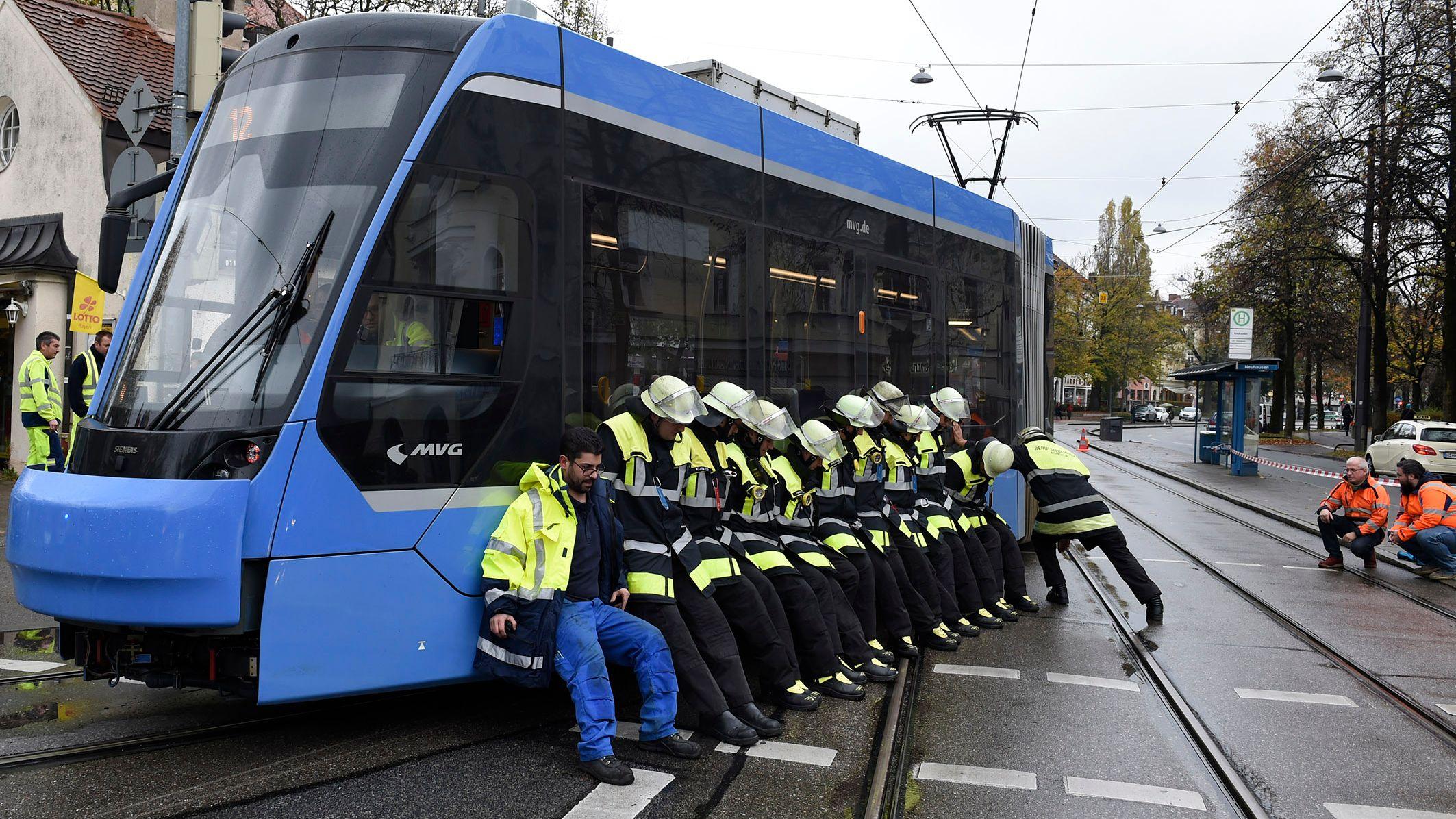29.10.: Einsatzkräfte der Berufsfeuerwehr München hieven eine entgleiste Tram zurück in die Spur