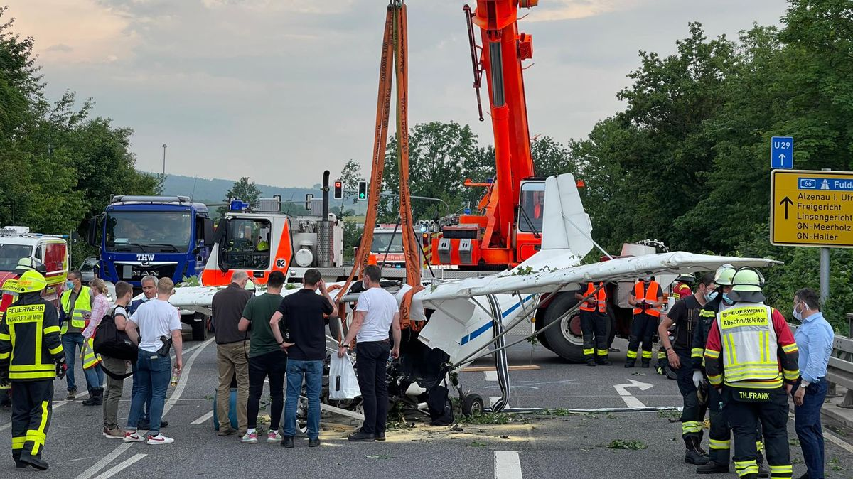 Einsatzkräfte der Feuerwehr haben mit Hilfe eines Krans das Wrack eines abgestürzten Leichtflugzeugs aus der Böschung einer Straße geborgen.