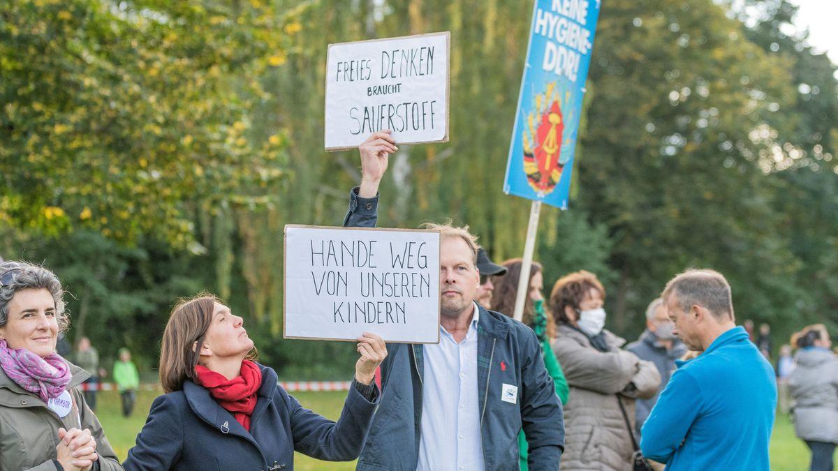Etwa 2.800 Menschen haben in Nürnberg friedlich gegen die Maskenpflicht demonstriert.