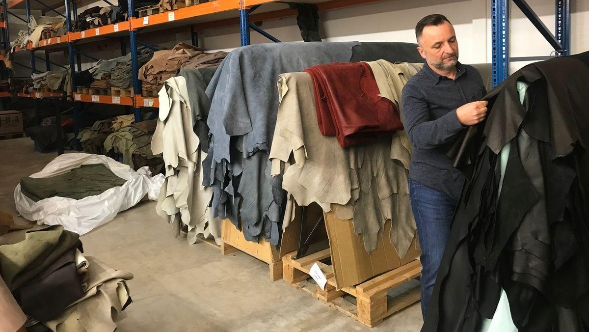 Thomas Machalke steht in der Näherei seiner Möbel-Firma.