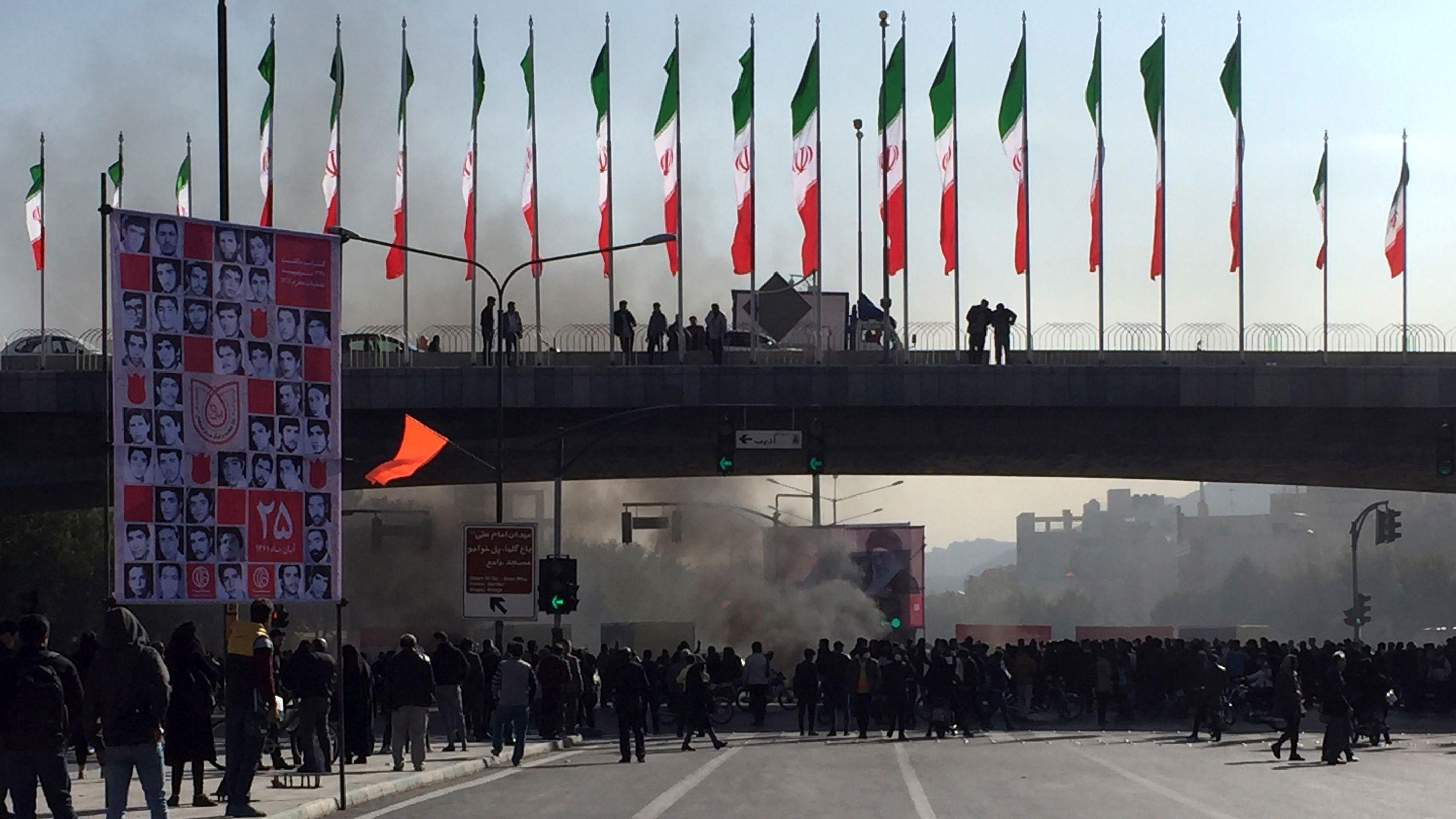Iran, Isfahan: Demonstranten nehmen an einem Protest teil.