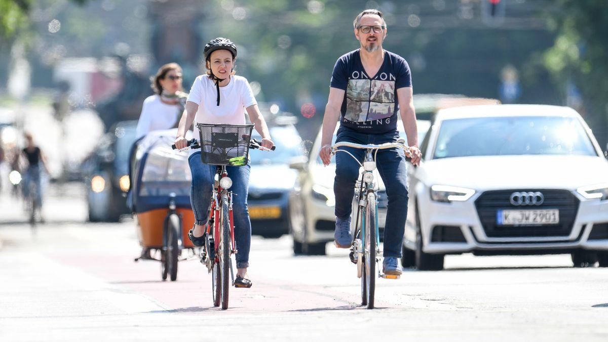 Ein Mann und eine Frau fahren am 24. Mai 2018 in München mit ihren Fahrrädern durch die Stadt (Symbolbild)