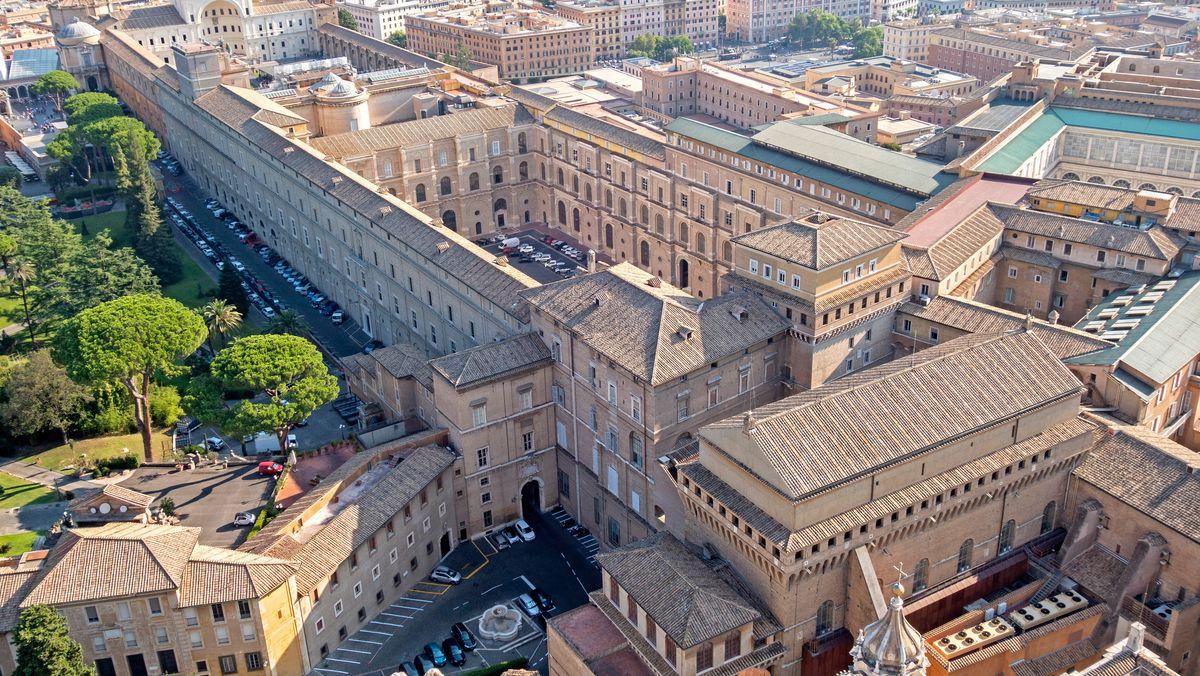 Blick vom Petersdom auf die Sixtinische Kapelle und die vatikanischen Museen