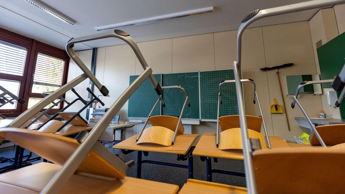 Symbolbild: Klassenzimmer mit hochgestellten Stühlen