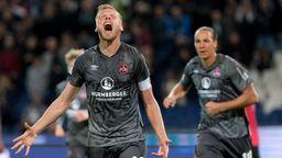 Nürnbergs Hanno Behrens (l) bejubelt sein Tor zum 0:2 gegen Hannover 96 mit Michael Frey.