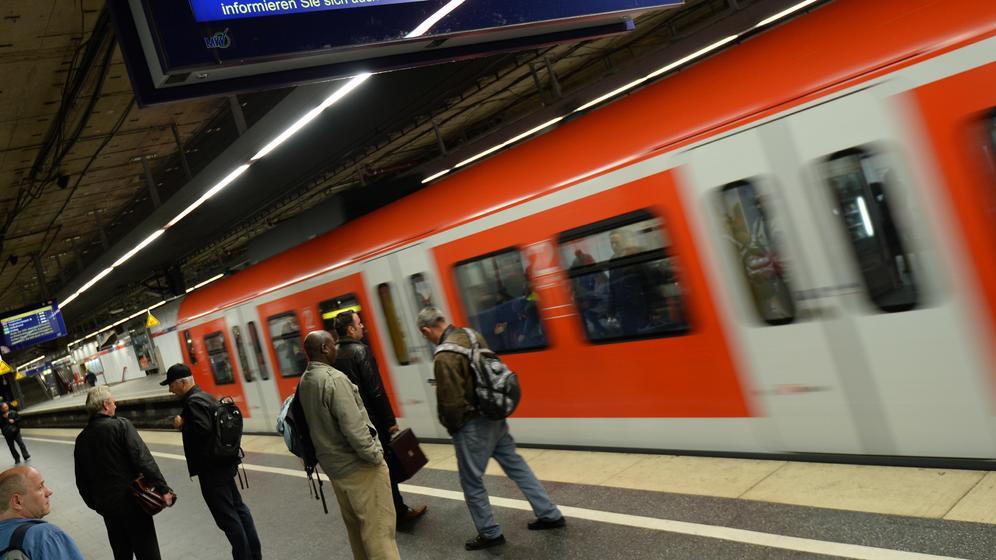 S-Bahn fährt am Hauptbahnhof in München ein.   Bild:dpa/ pa/ Andreas Gebert