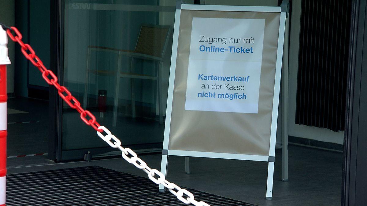 """Auf einem Schild beim Erlanger Röthelheimbad steht: """"Zugang nur mit Online-Ticket"""""""