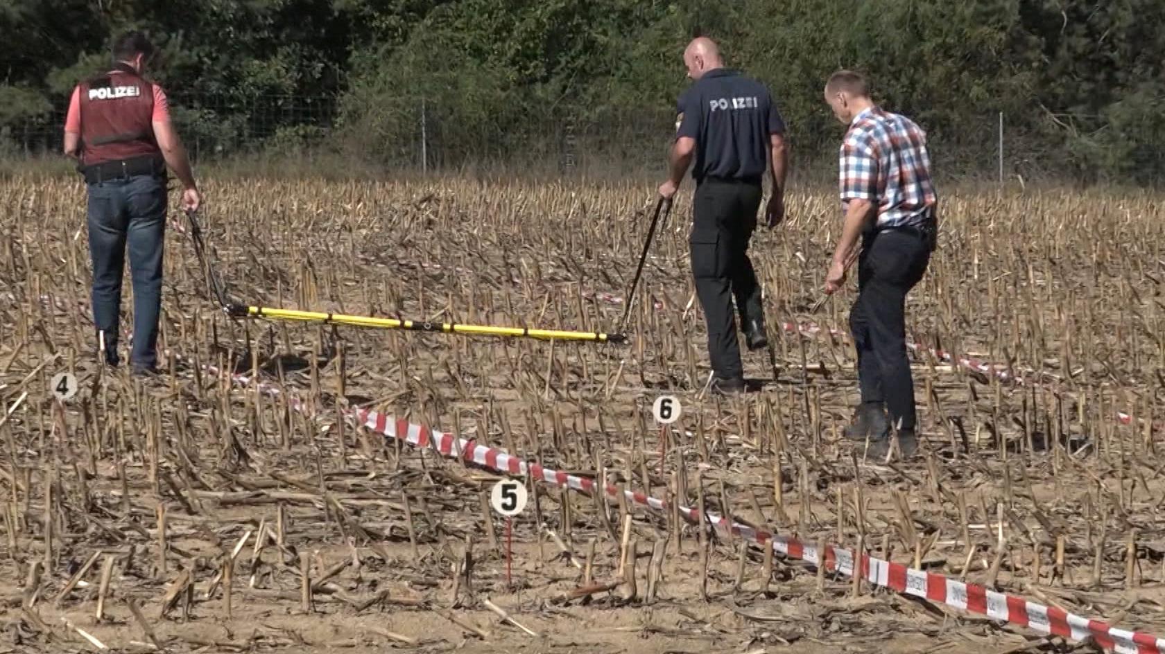 Eine Kugel aus einem Jagdgewehr tötet bei Nittenau einen Menschen. Polizisten suchen das Geländer entlang der B16 tagelang nach Spuren ab.