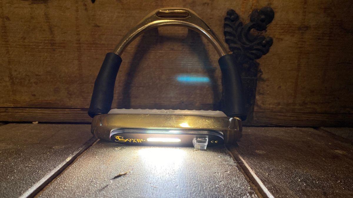 Steigbügel mit montiertem LED-Licht an der Unterseite