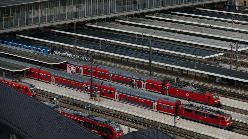 Regionalzüge stehen im Münchner Hauptbahnhof - Archivbild