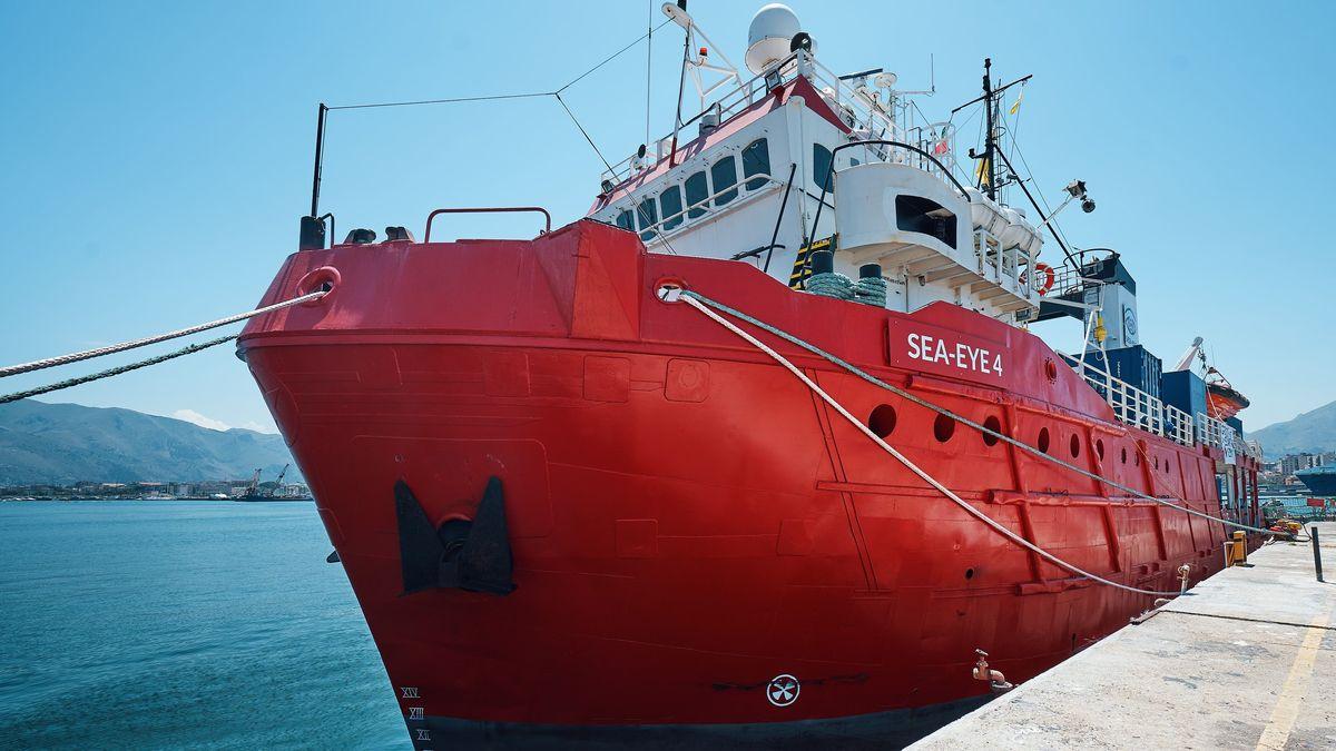 """Die italienische Küstenwache hat die """"Sea-Eye 4"""" festgesetzt."""